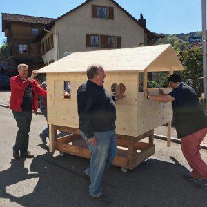 Transport des umbemalten Spielhaus.